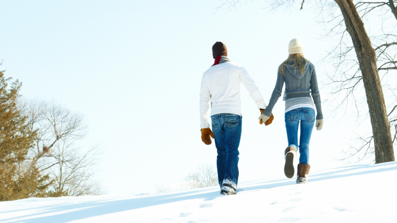 Das Romantic Walk Through The Snow Wallpaper 1280x720