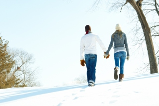 Romantic Walk Through The Snow papel de parede para celular para Android 1080x960