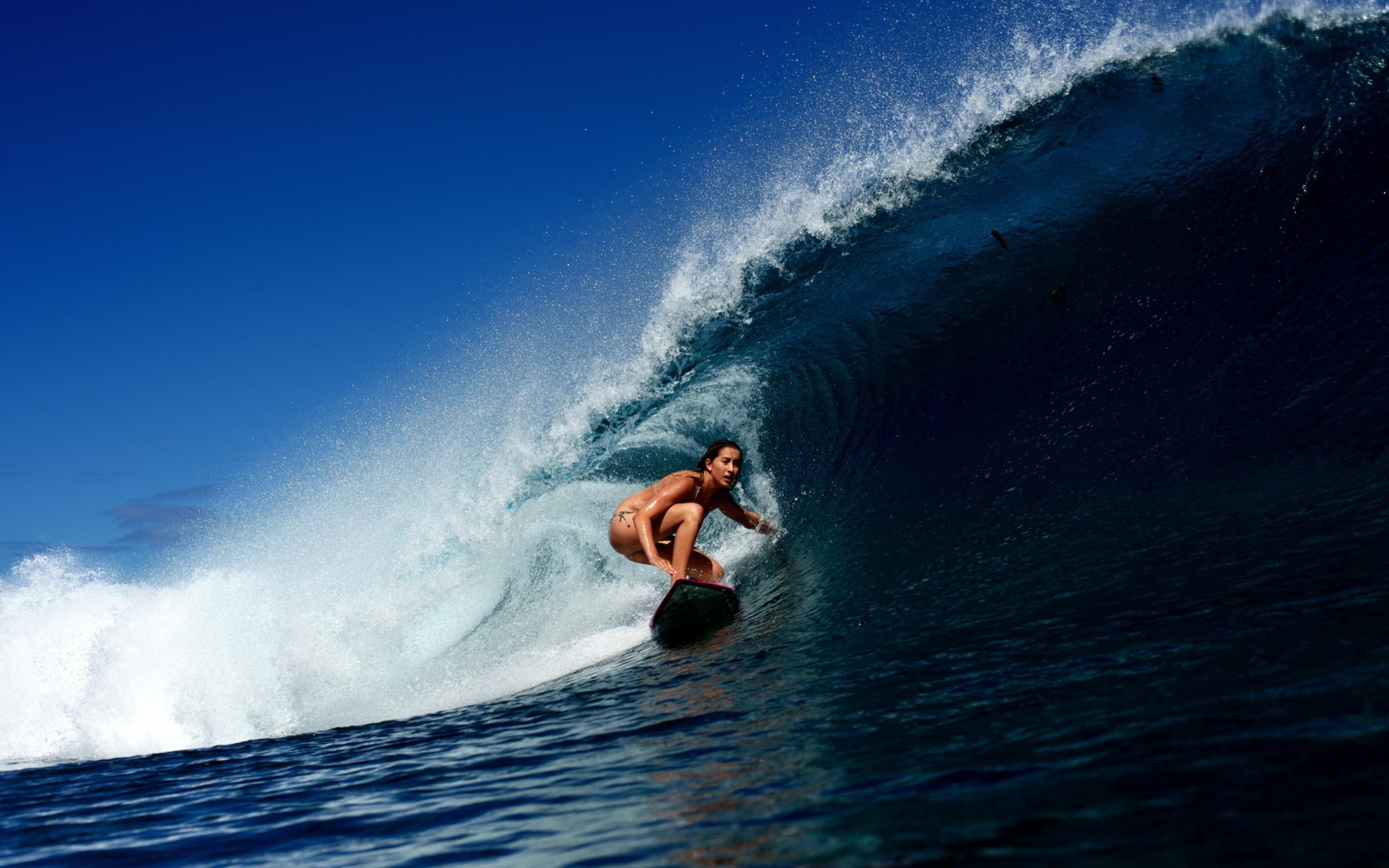 Красотка с доской для серфинга скачать