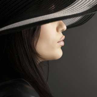 Kostenloses Woman in Black Hat Wallpaper für 1024x1024