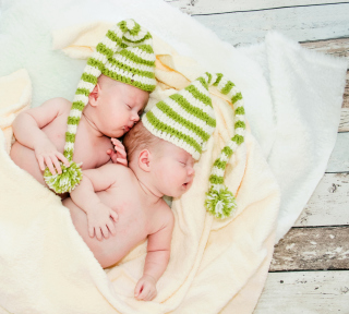 Cute Babies In Green Hats Sleeping - Fondos de pantalla gratis para 1024x1024