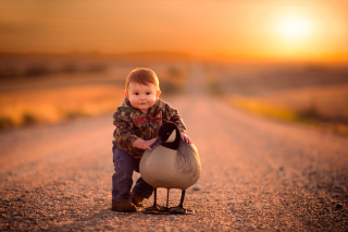 Kostenloses Kid and Duck Wallpaper für 1366x768