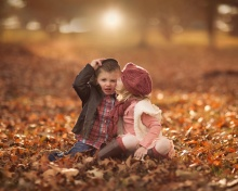 Das Boy and Girl in Autumn Garden Wallpaper 220x176