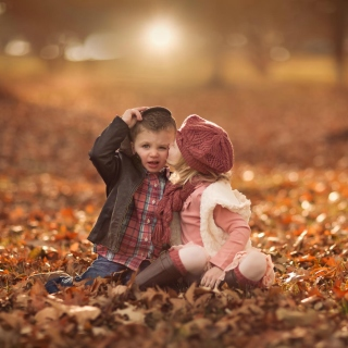 Kostenloses Boy and Girl in Autumn Garden Wallpaper für 1024x1024