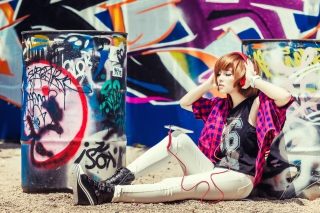 Kostenloses Graffiti Girl Listening To Music Wallpaper für Android, iPhone und iPad