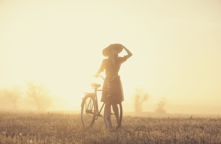 Kostenloses Girl And Bicycle On Misty Day Wallpaper für Android, iPhone und iPad