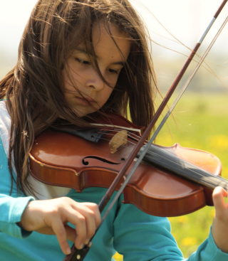 Free Girl Playing Violin Picture for HTC Titan