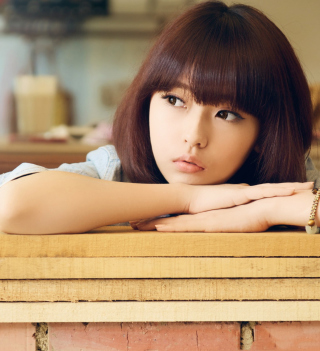 Cute Asian Girl In Thoughts sfondi gratuiti per iPad Air