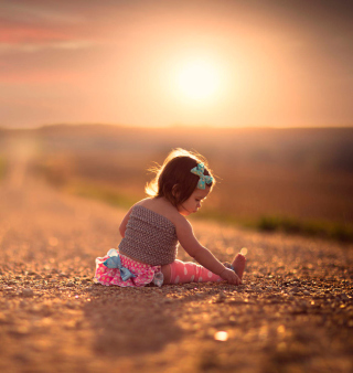 Child On Road At Sunset - Obrázkek zdarma pro 208x208