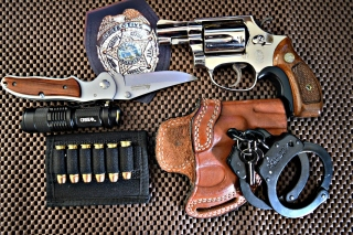 Colt, handcuffs and knife papel de parede para celular