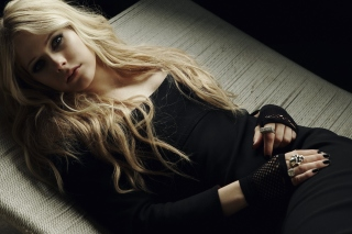 Free Avril Lavigne In Cute Dress Picture for Android, iPhone and iPad