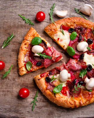 Kostenloses Pizza with mushrooms and olives Wallpaper für 320x480