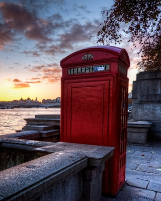 England Phone Booth in London sfondi gratuiti per Nokia Asha 305