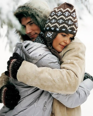 Romantic winter hugs sfondi gratuiti per Nokia Asha 305
