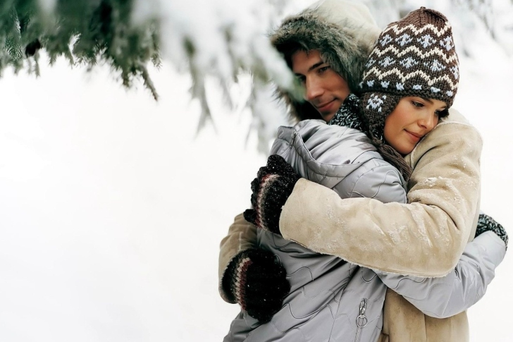 Romantic winter hugs wallpaper