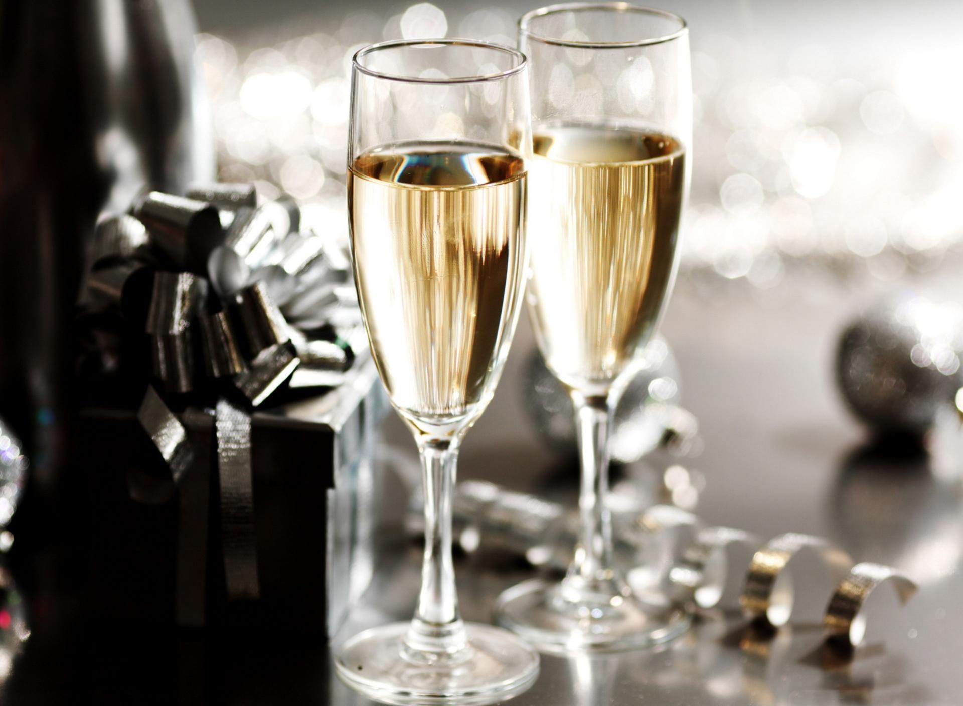 Открытка с бокалами шампанского