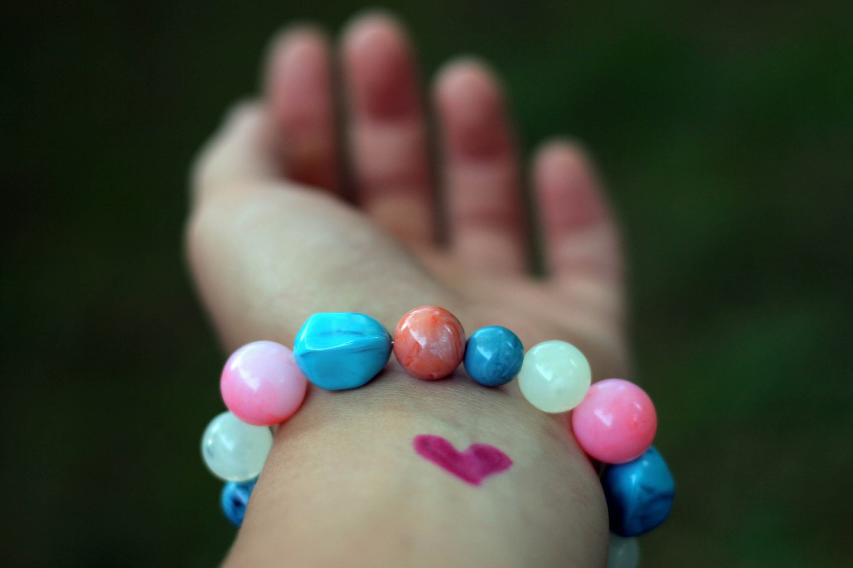Das Heart And Colored Marbles Bracelet Wallpaper 2880x1920