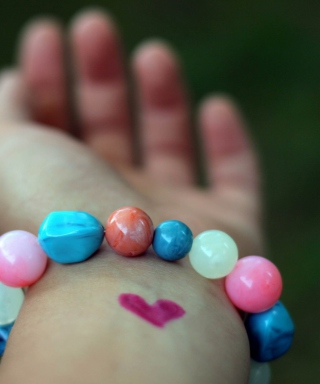 Heart And Colored Marbles Bracelet sfondi gratuiti per 768x1280
