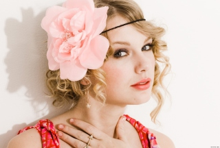 Taylor Swift With Pink Rose On Head - Obrázkek zdarma pro HTC Desire