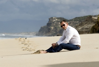 Daniel Craig On Beach sfondi gratuiti per cellulari Android, iPhone, iPad e desktop