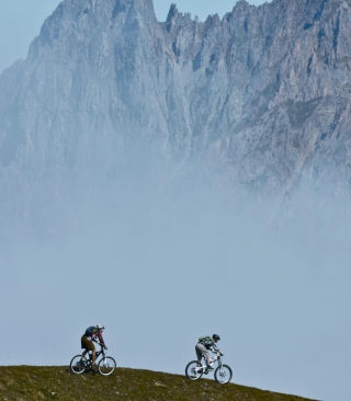 Kostenloses Bicycle Riding In Alps Mountains Wallpaper für Nokia X1-01