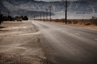Kostenloses Desert Road And Mountains Wallpaper für Android, iPhone und iPad