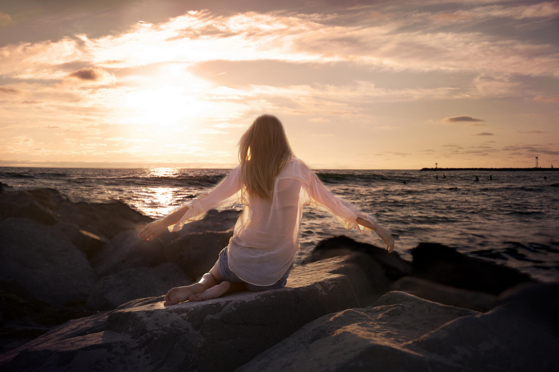 Картинки женщин на море спиной