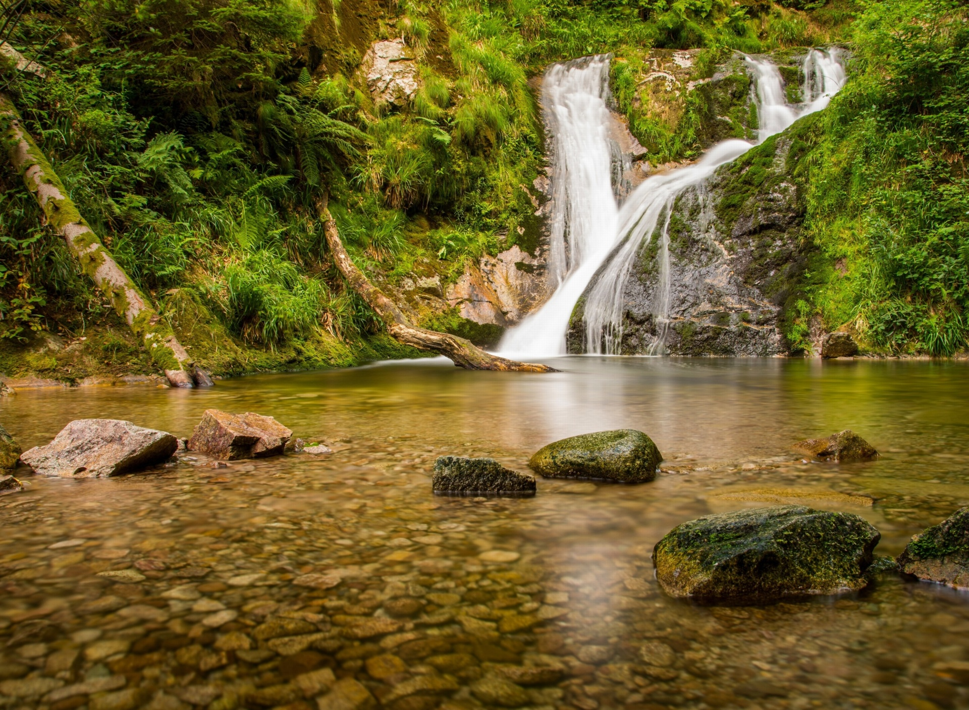 Fondo de pantalla Waterfall in Spain 1920x1408