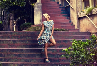 Kostenloses Beautiful Blonde Model Posing At Stairs Wallpaper für Samsung Galaxy S6