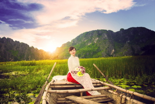 Beautiful Asian Girl With Flowers Bouquet Sitting In Boat - Obrázkek zdarma pro Samsung Galaxy Ace 3