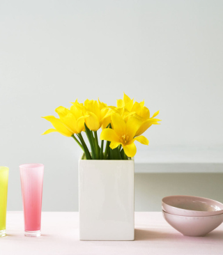 Free Yellow Flowers In Vase Picture for HTC Titan