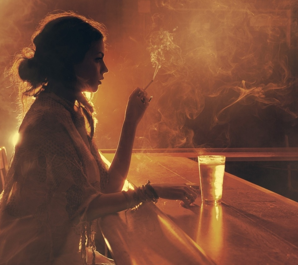 Screenshot №1 pro téma Sad girl with cigarette in bar 960x854