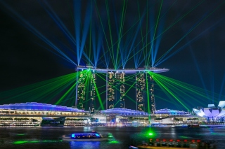 Laser show near Marina Bay Sands Hotel in Singapore sfondi gratuiti per cellulari Android, iPhone, iPad e desktop