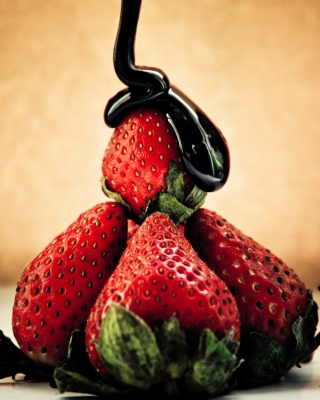 Free Strawberries with chocolate Picture for Nokia Asha 306