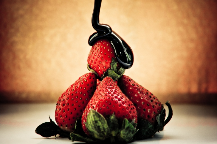 Strawberries with chocolate wallpaper