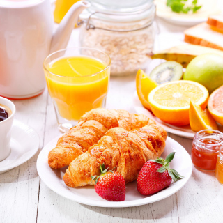 Breakfast with croissants and fruit papel de parede para celular para 1024x1024