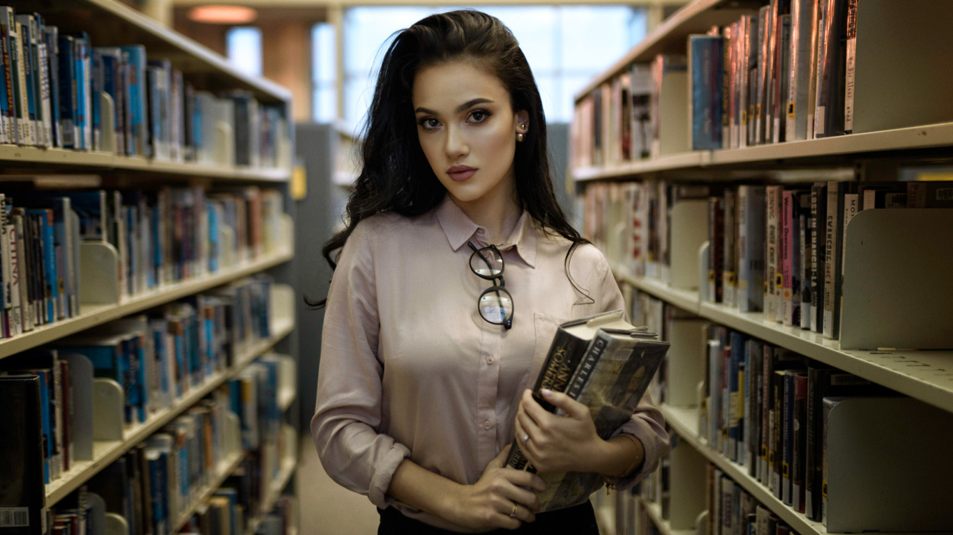 Screenshot №1 pro téma Girl with books in library 1366x768