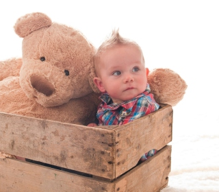 Baby Boy With Teddy Bear sfondi gratuiti per iPad mini