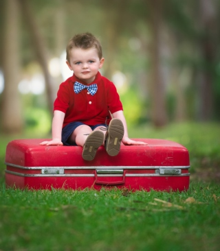 Cute Boy Sitting On Red Luggage - Obrázkek zdarma pro iPhone 6