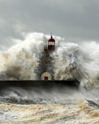 Lighthouse At Storm sfondi gratuiti per 132x176