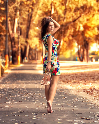 Cute autumn girl sfondi gratuiti per Nokia 808 PureView