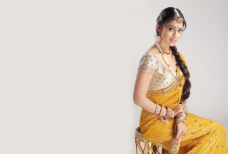 Shriya Saran In Yellow Saree sfondi gratuiti per cellulari Android, iPhone, iPad e desktop