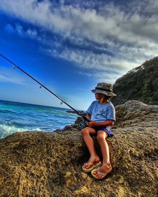 Young Boy Fishing sfondi gratuiti per Nokia Asha 306