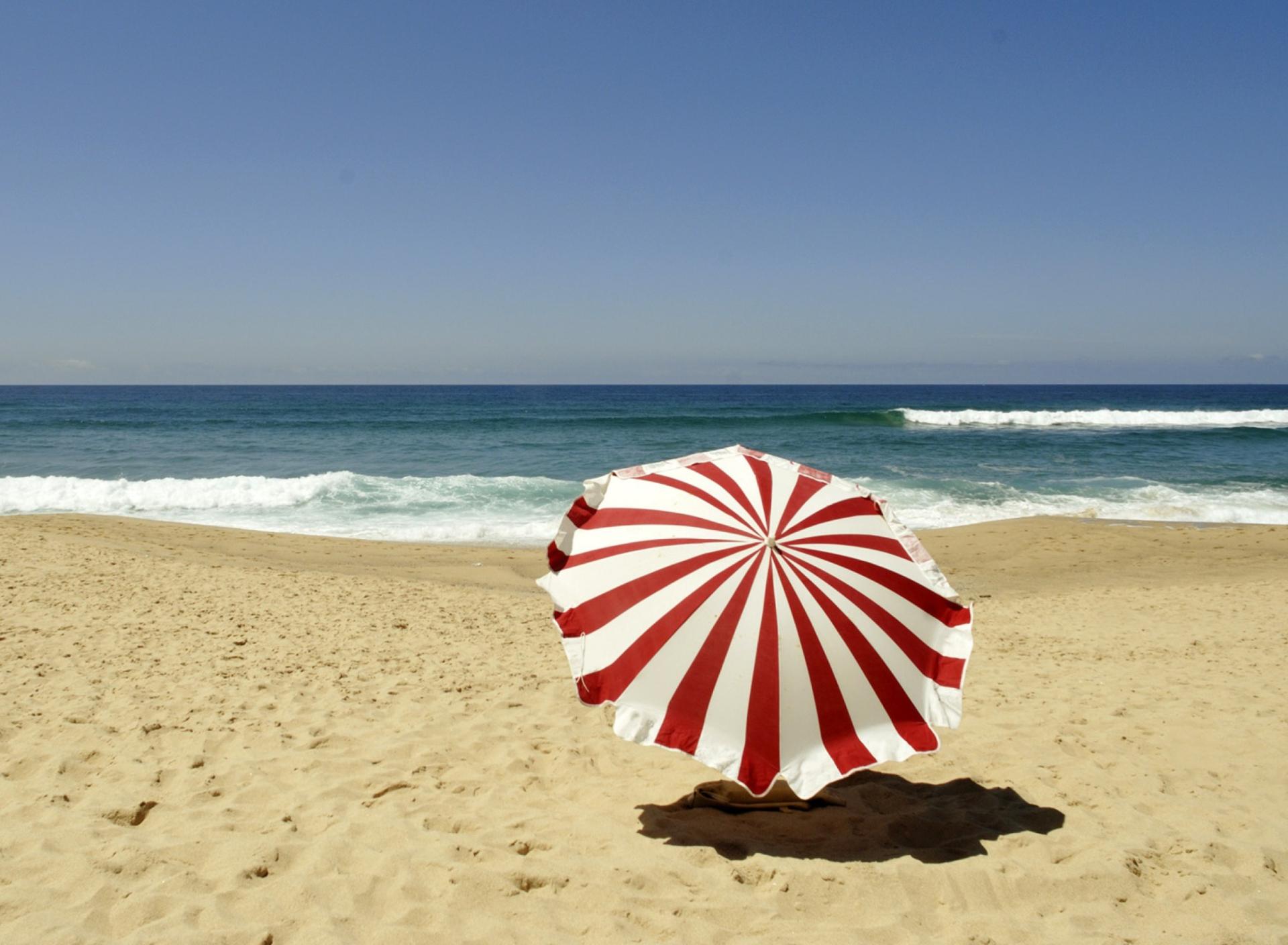 Пляж с желтыми зонтами бесплатно