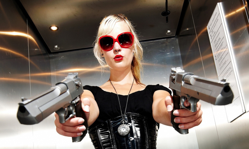 Screenshot №1 pro téma Blonde girl with pistols 800x480