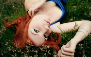 Redhead Girl Laying In Grass - Fondos de pantalla gratis para Samsung Galaxy S6 Active