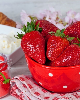 Free Strawberry and Jam Picture for 750x1334
