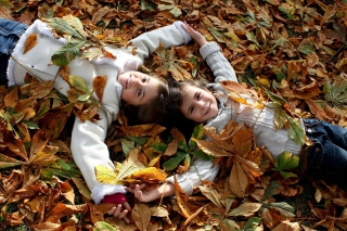 Cute Child Girls On Autumn Leaves Carpet papel de parede para celular