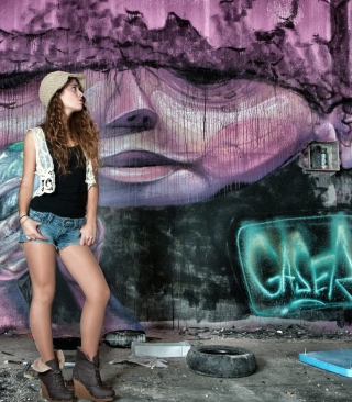 Girl In Front Of Graffiti Wall sfondi gratuiti per HTC Titan