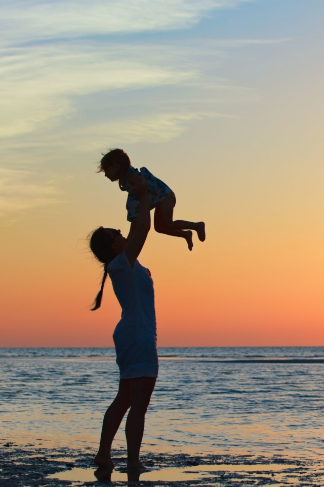 Screenshot №1 pro téma Mother And Child On Beach 640x960
